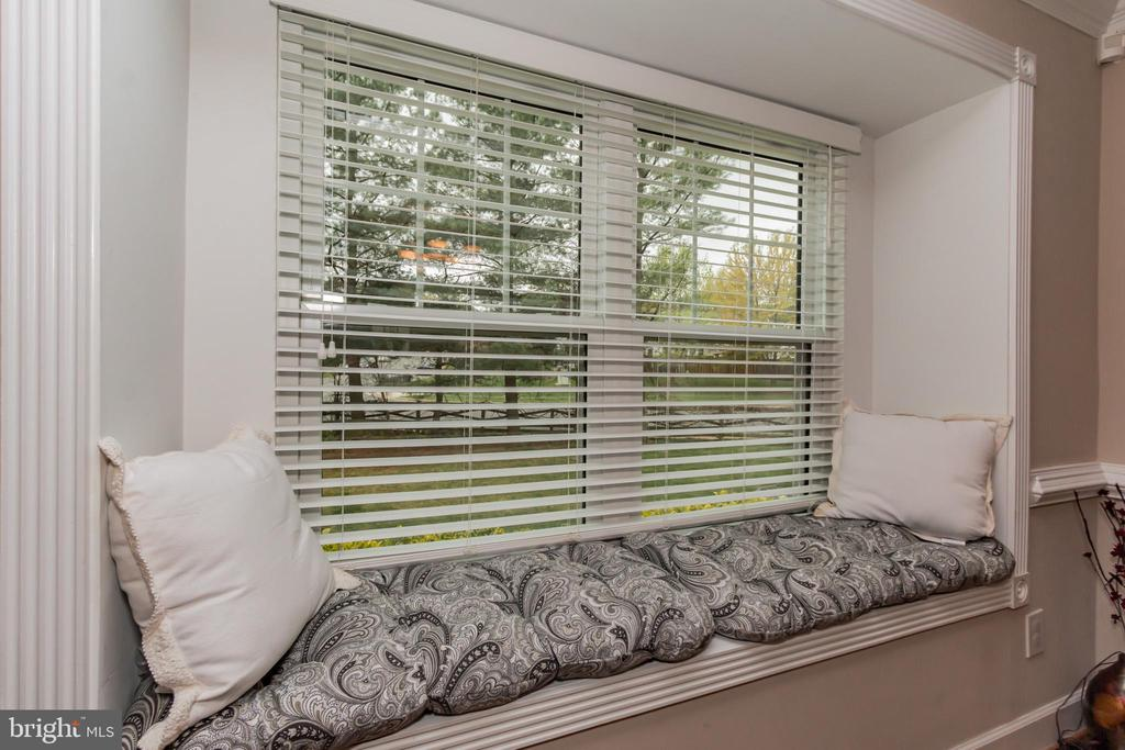 Enjoy the bay window with extra seating. - 8 GLENGYLE CT, STERLING