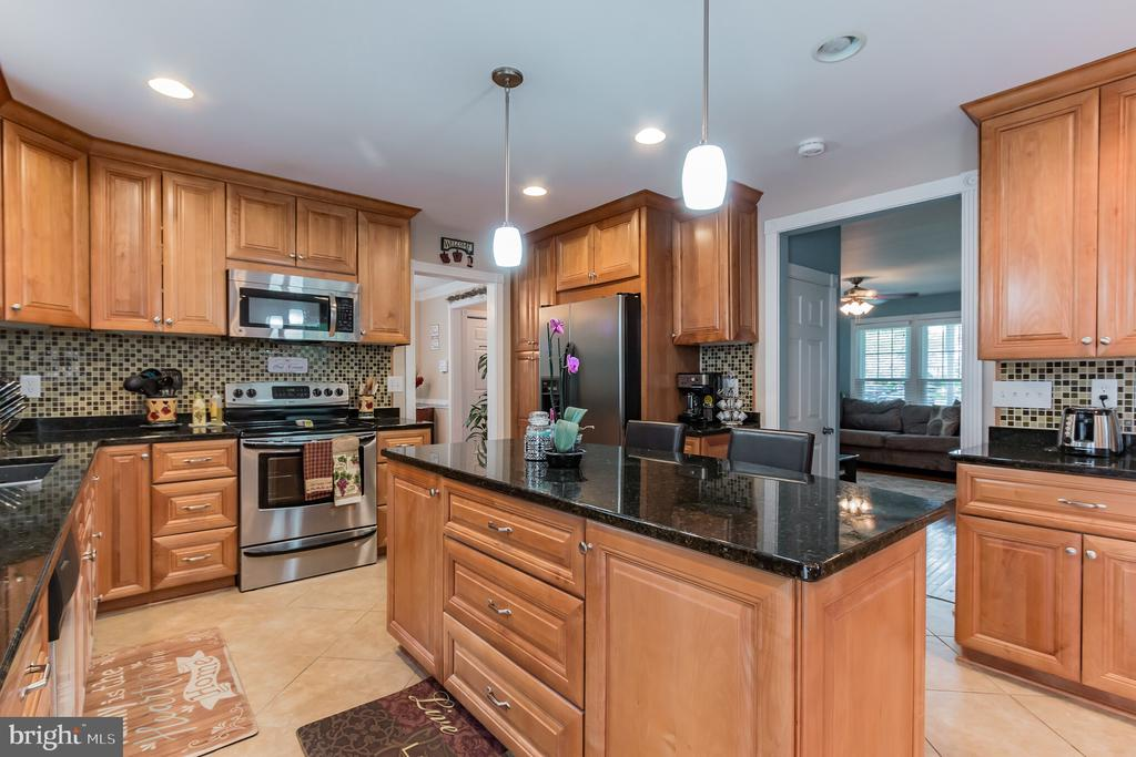Eat-in kitchen. - 8 GLENGYLE CT, STERLING