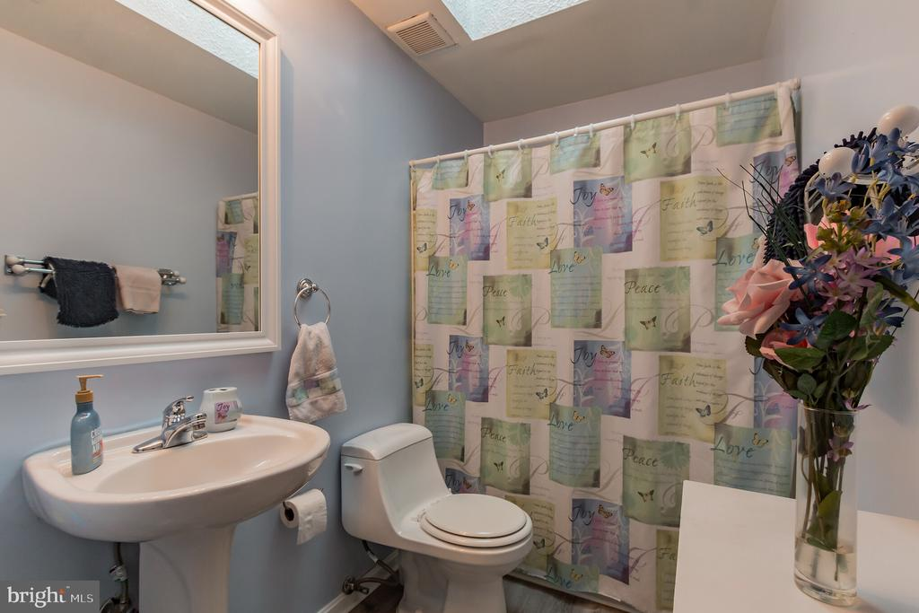 Hall bathroom on 2nd level. - 8 GLENGYLE CT, STERLING