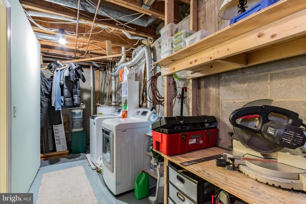 Laundry room with extra storage. - 8 GLENGYLE CT, STERLING