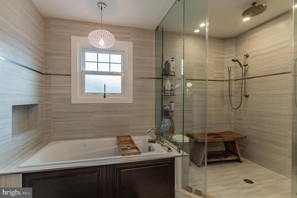Soak your worries away in your own ensuite. - 8 GLENGYLE CT, STERLING