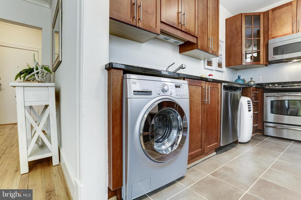 Outfitted with combination washer/dryer! - 105 6TH ST SE #105, WASHINGTON