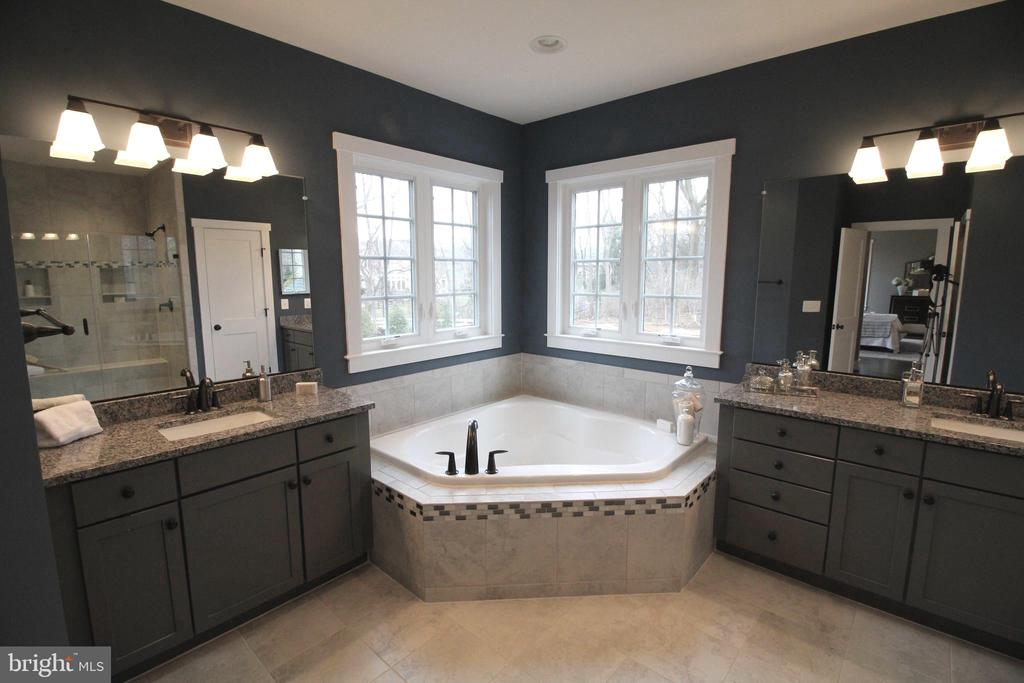 Soaking Tub and Separate Vanities - 12245 CLIFTON POINT RD, CLIFTON