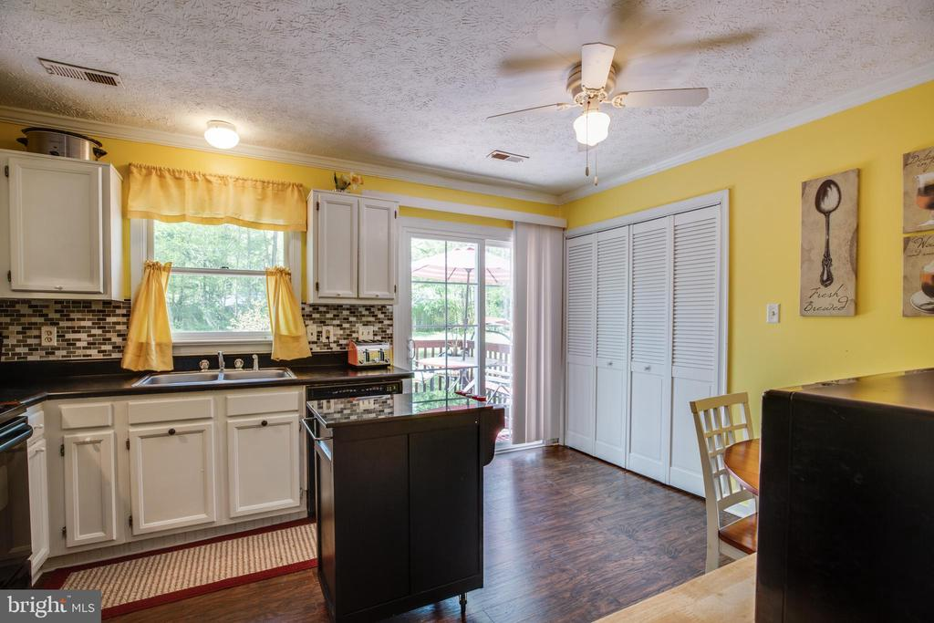 Kitchen with laundry area - 137 NEW PROVIDENCE DR, RUTHER GLEN