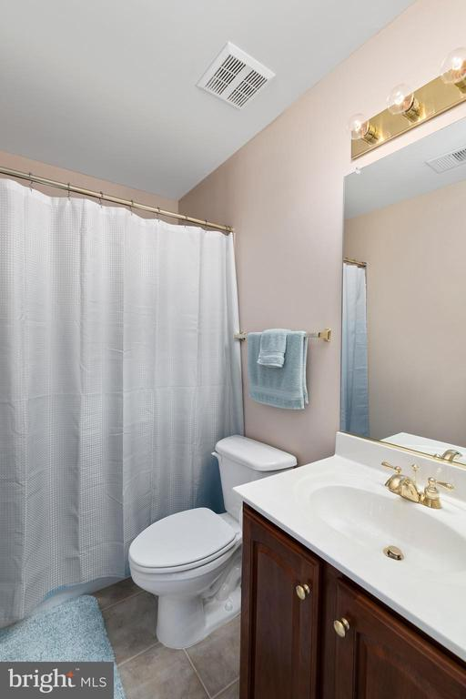 Full Bathroom in the Upstairs Hall - 12515 SINGLE OAK RD, FREDERICKSBURG