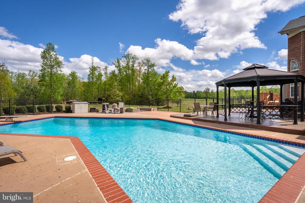 Sparkling Pool for your Enjoyment - 12515 SINGLE OAK RD, FREDERICKSBURG
