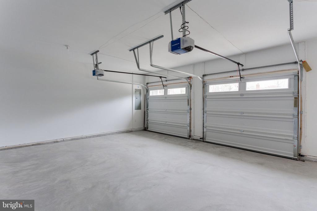 Roomy 2-Car Garage - 505 PRINCESS CT SW, VIENNA