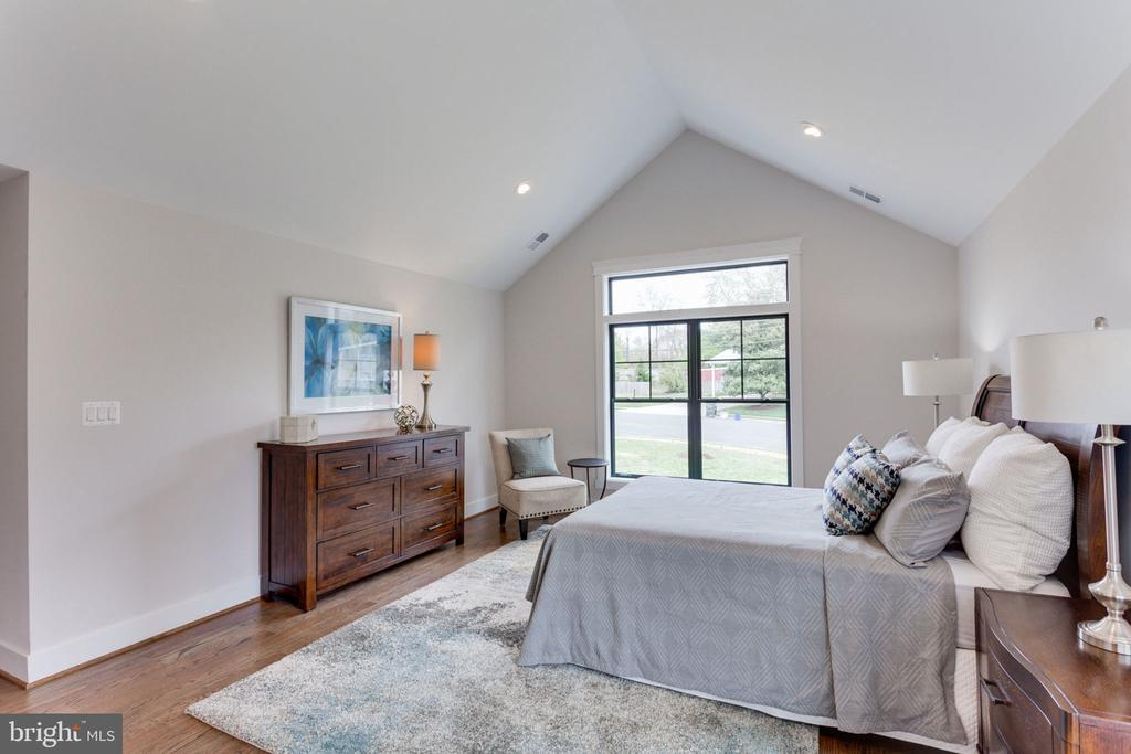 Master Suite Has Vaulted Ceiling - 505 PRINCESS CT SW, VIENNA
