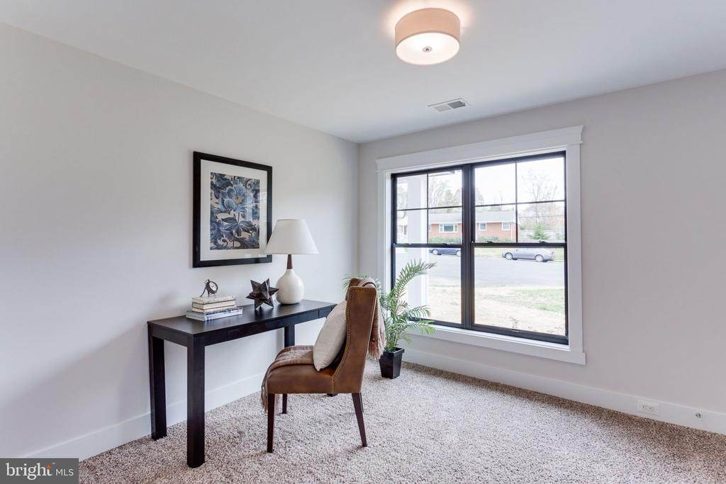 Main Level Bedroom or Office Space - 505 PRINCESS CT SW, VIENNA