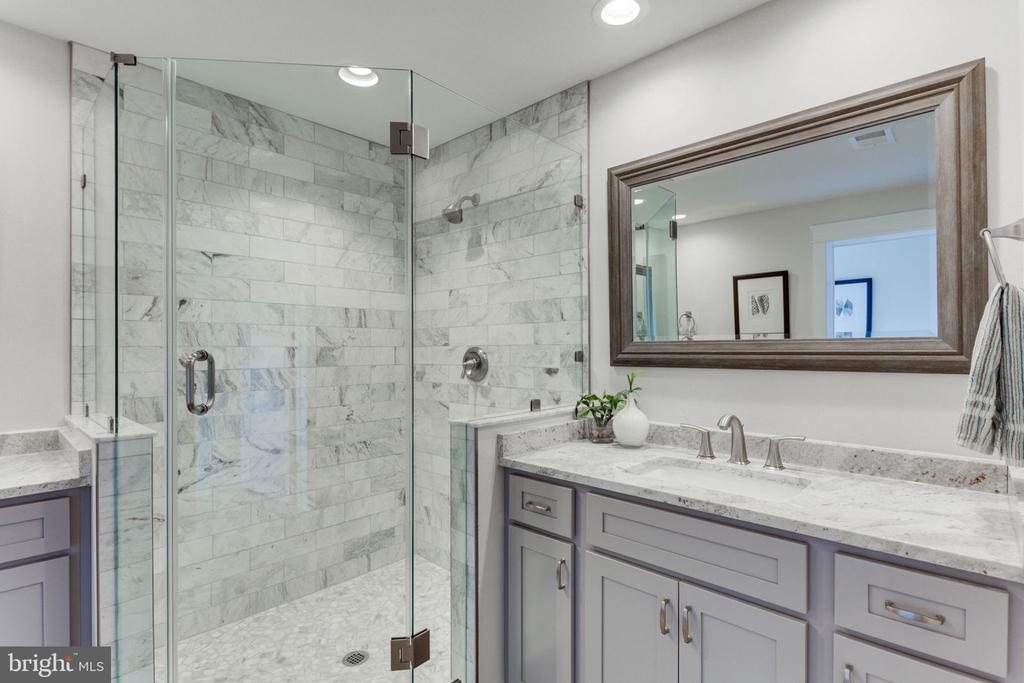 Over Sized Walk-in Shower - 505 PRINCESS CT SW, VIENNA