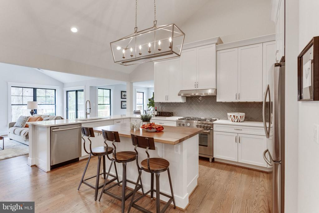 Grand Open Layout with Hardwoods Throughout - 505 PRINCESS CT SW, VIENNA