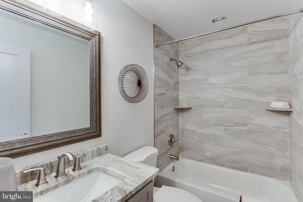 Beautifully Finished Guest Bathroom - 505 PRINCESS CT SW, VIENNA