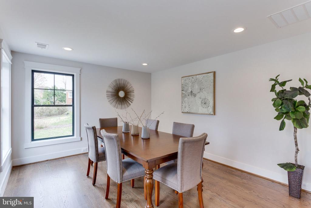 Separate Dining Area Has Great Access to Kitchen - 505 PRINCESS CT SW, VIENNA