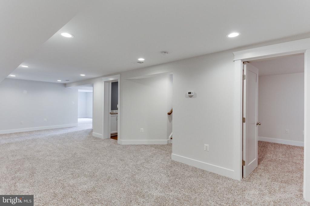 Fresh Carpet and Recessed Lighting - 505 PRINCESS CT SW, VIENNA