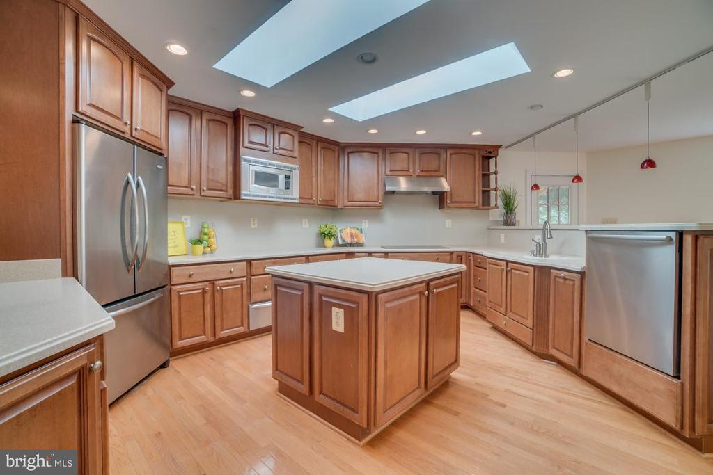 Tons of cabinet storage and counter space - 2918 GLENVALE DR, FAIRFAX