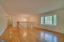 Sun filled living room with HW florring - 2918 GLENVALE DR, FAIRFAX