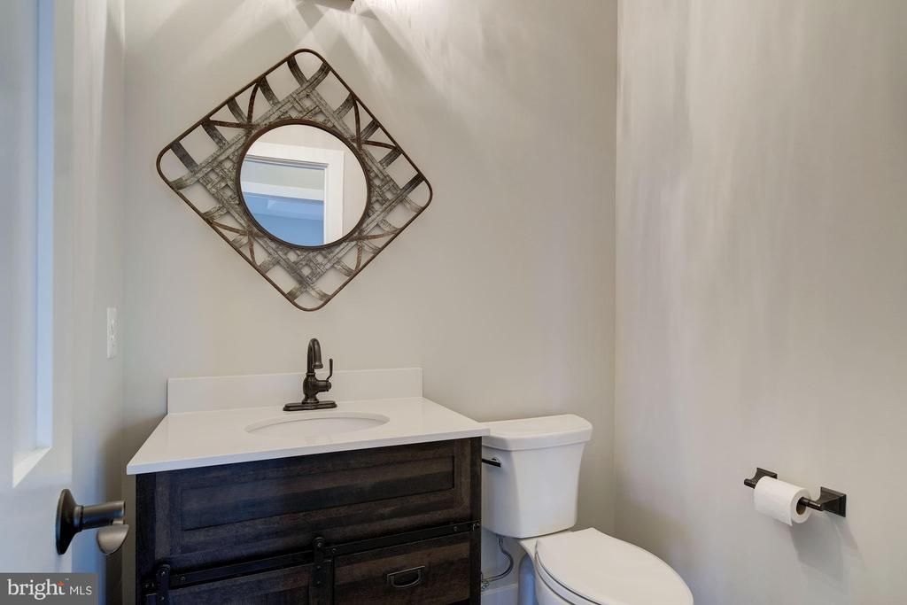 Farmhouse Style Powder Room - 38042 GREENWOOD FARM LN, PURCELLVILLE