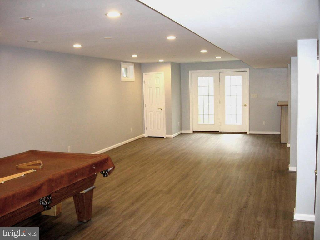 Large open area with lots of light downstairs - 8643 WOODWARD AVE, ALEXANDRIA