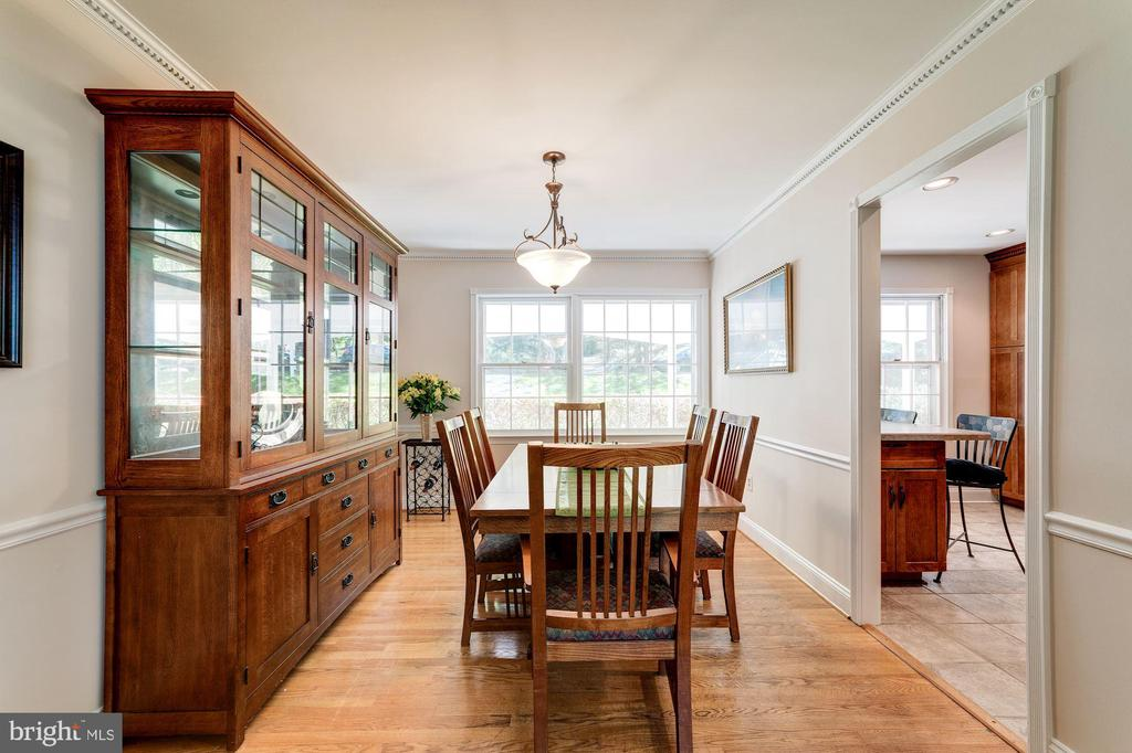 Flooded with natural light - 11310 MYRTLE LN, RESTON