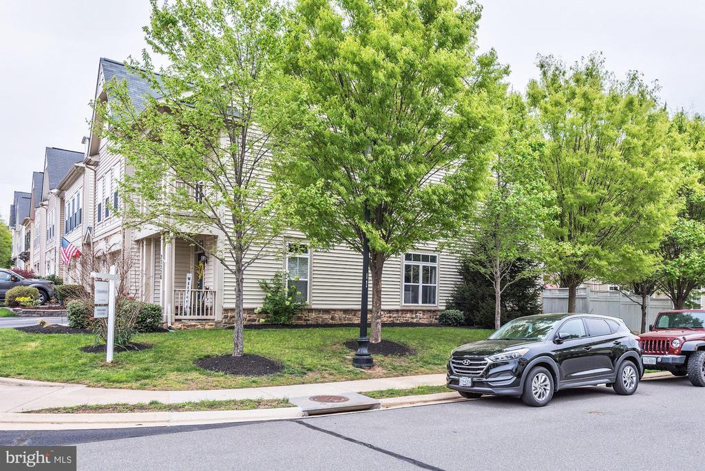 End unit town home with extra yard - 23228 WASHBURN TER, BRAMBLETON