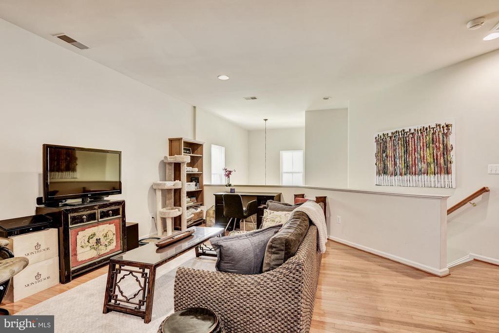 2nd level loft w/ hardwood floors - 23228 WASHBURN TER, BRAMBLETON