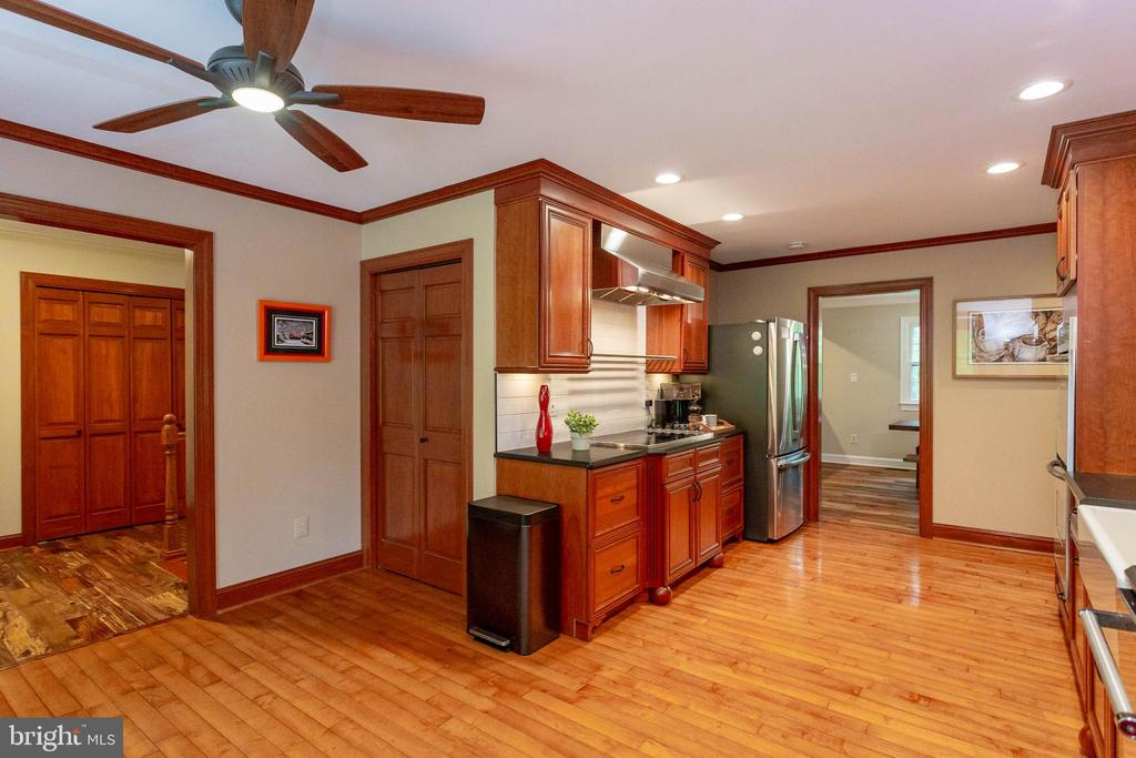 Ceiling fan and pantry closet is just wonderful - 11905 CHAPEL RD, CLIFTON