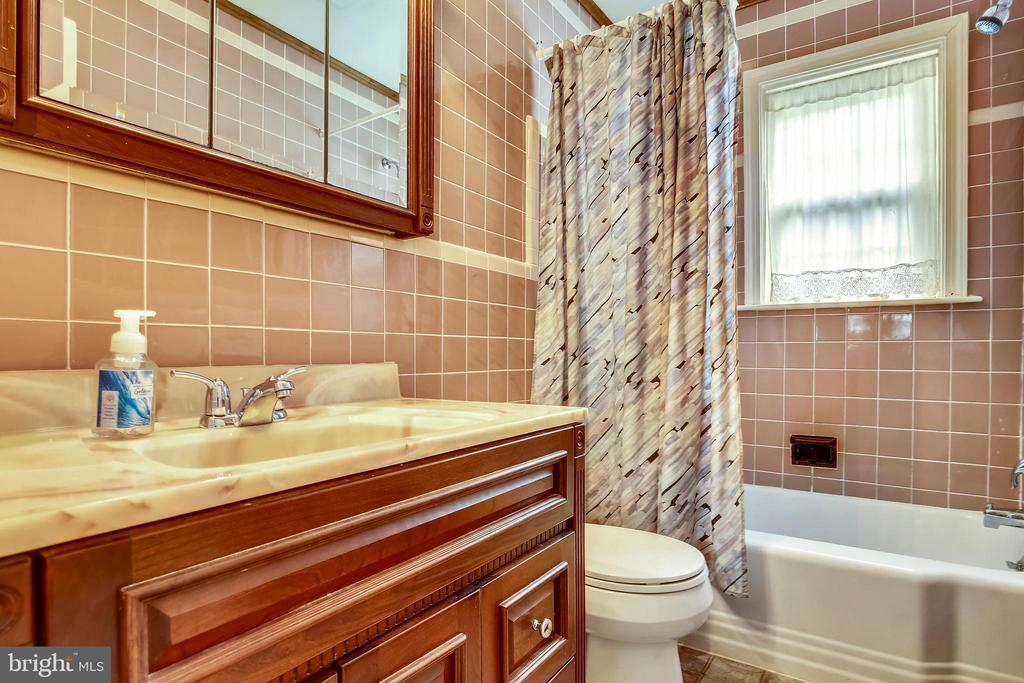Main Level Bath with Tub / Shower - 6036 OLD TELEGRAPH RD, ALEXANDRIA