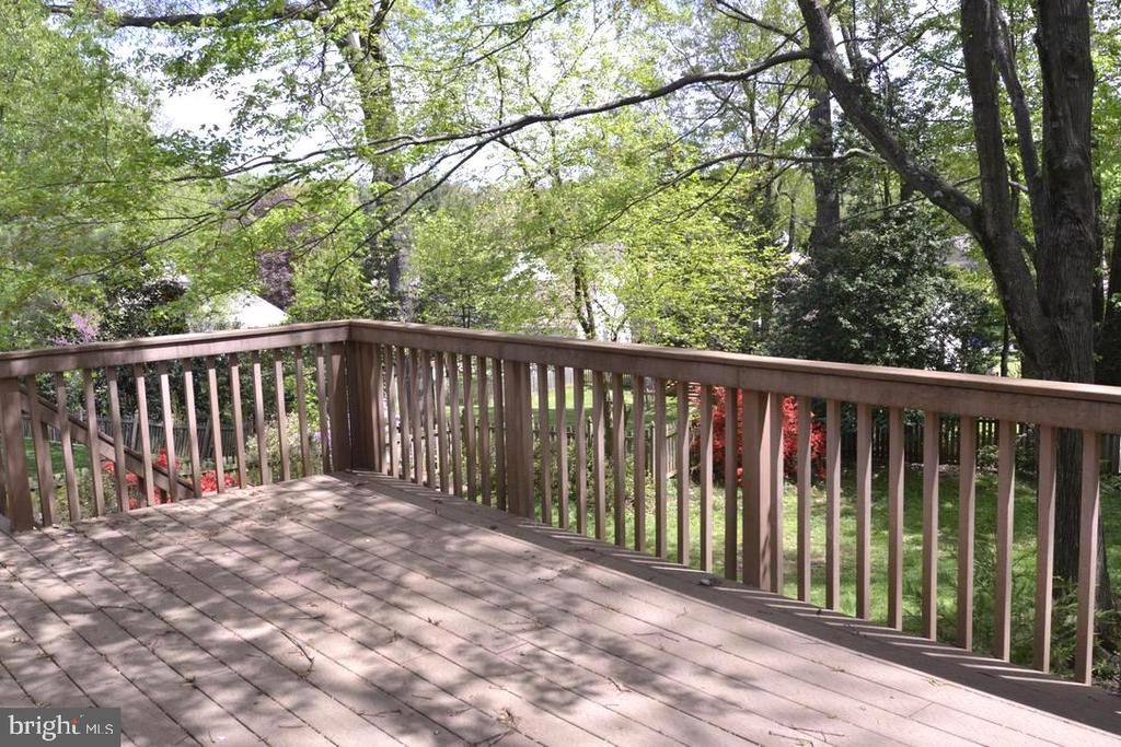 Large rear deck overlooking fenced rear yard. - 9374 TARTAN VIEW DR, FAIRFAX