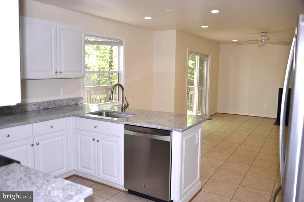 Nice bright Kitchen w/ view into The Family Room. - 9374 TARTAN VIEW DR, FAIRFAX