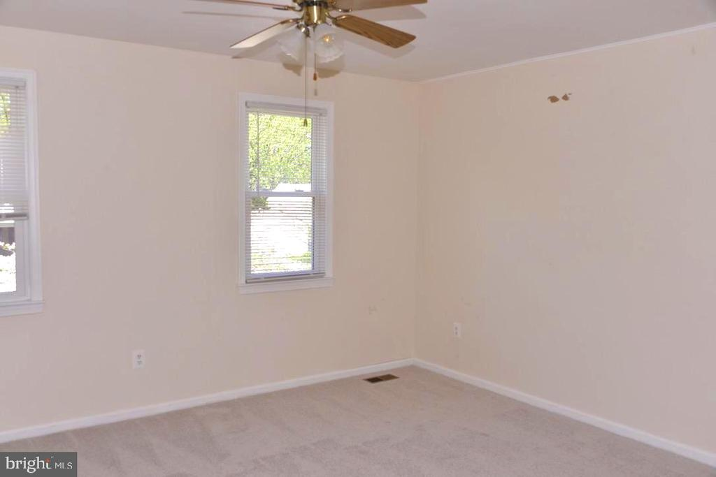 Upstairs Bedroom with ceiling fan. - 9374 TARTAN VIEW DR, FAIRFAX