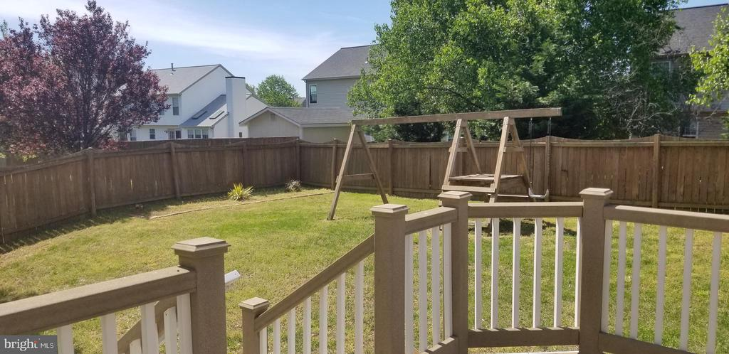 Large yard is great for fun and play - 9310 E CARONDELET DR, MANASSAS PARK