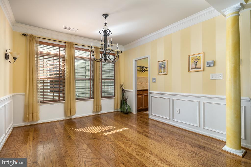Wainscotting, Custom Lighting and Accent Columns - 20579 CRESCENT POINTE PL, ASHBURN