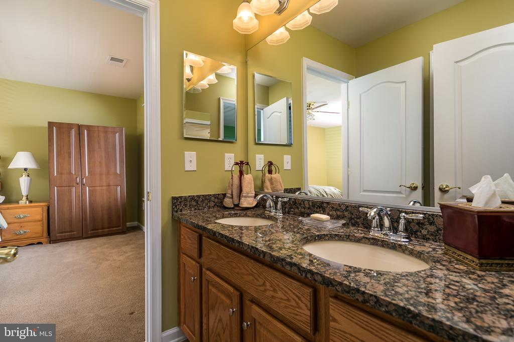 Jack and Jill Bath With Double Sinks - 20579 CRESCENT POINTE PL, ASHBURN