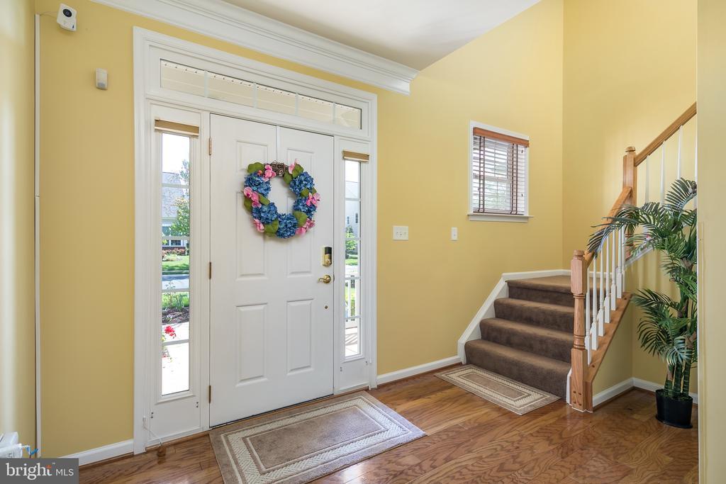 Beautiful Entry Foyer w/Hardwood and Lots of Light - 20579 CRESCENT POINTE PL, ASHBURN