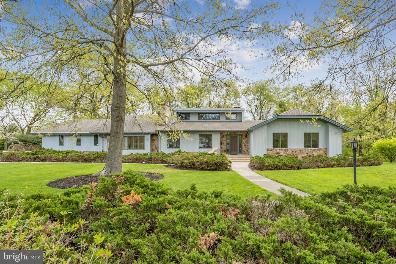 Maison unifamiliale pour l Vente à 48 CROWN Ewing, New Jersey 08638 États-UnisDans/Autour: Ewing Township