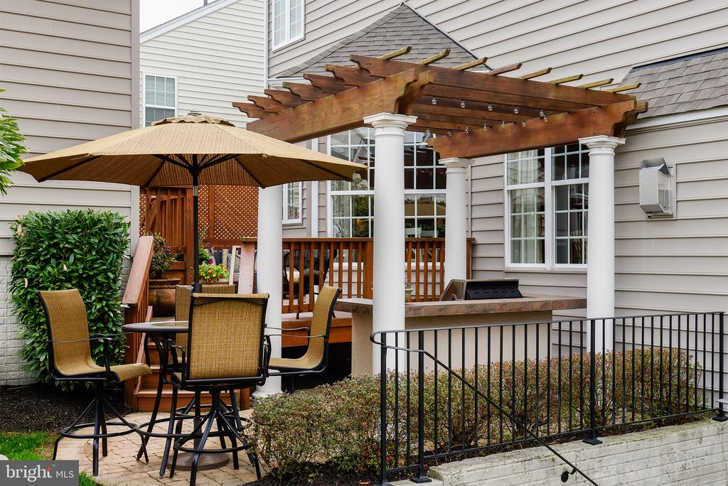 Rear Patio with Custom Pergola - 43168 ALEX ST, LEESBURG