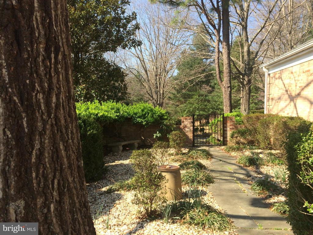 beautiful landscaped grounds - 6103 RIVER RD, FREDERICKSBURG