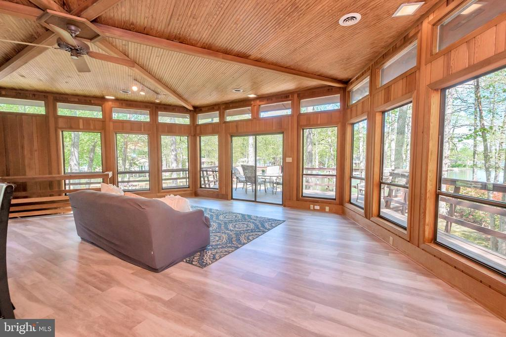 Great Room with wall of windows 10' ceilings - 215 WAKEFIELD DR, LOCUST GROVE