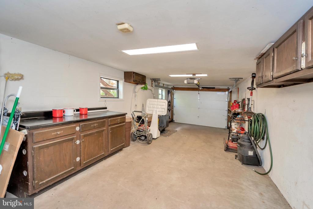 Garage - 215 WAKEFIELD DR, LOCUST GROVE