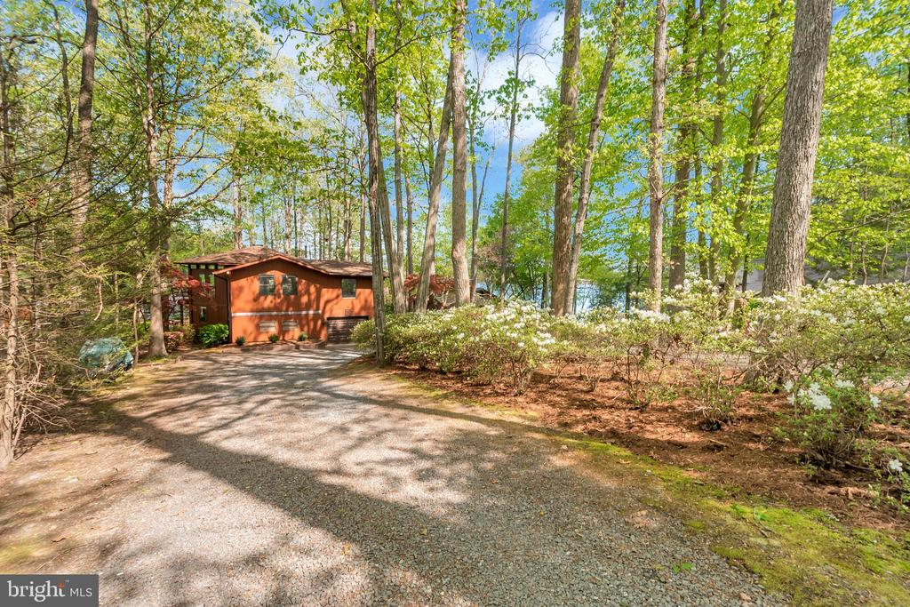 Privacy abounds  driveway to home - 215 WAKEFIELD DR, LOCUST GROVE