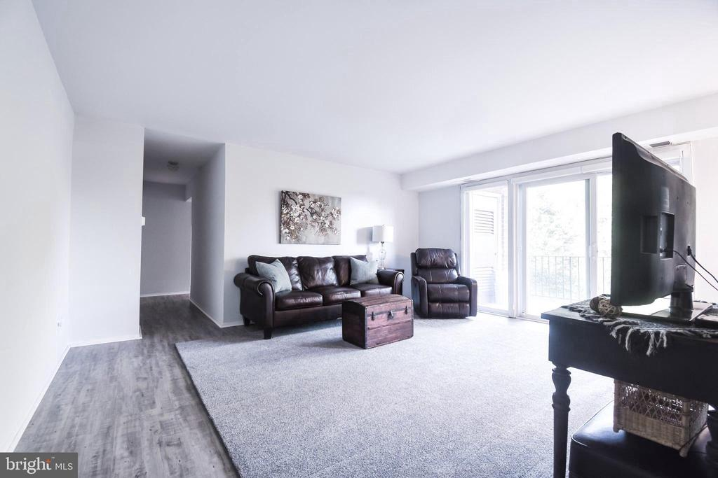 New floors & paint throughout. - 3975 LYNDHURST DR #202, FAIRFAX