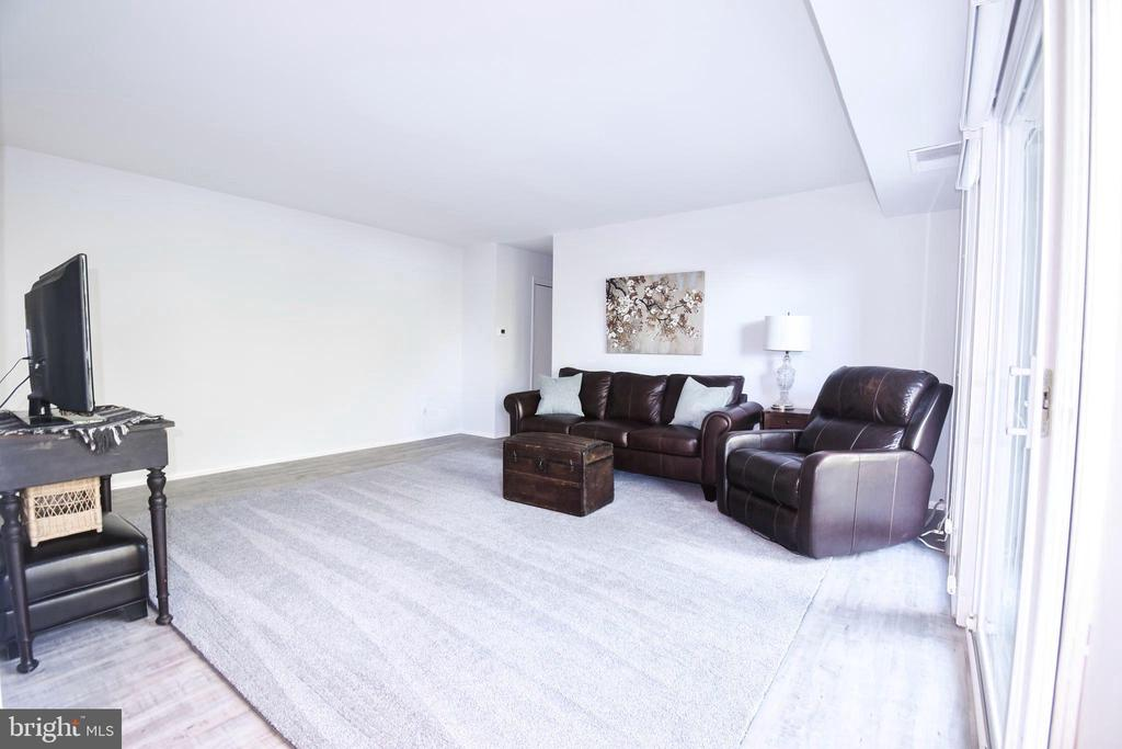 Great size living area - 3975 LYNDHURST DR #202, FAIRFAX