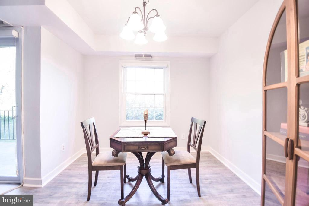 Perfect dining area with lots of natural light - 3975 LYNDHURST DR #202, FAIRFAX