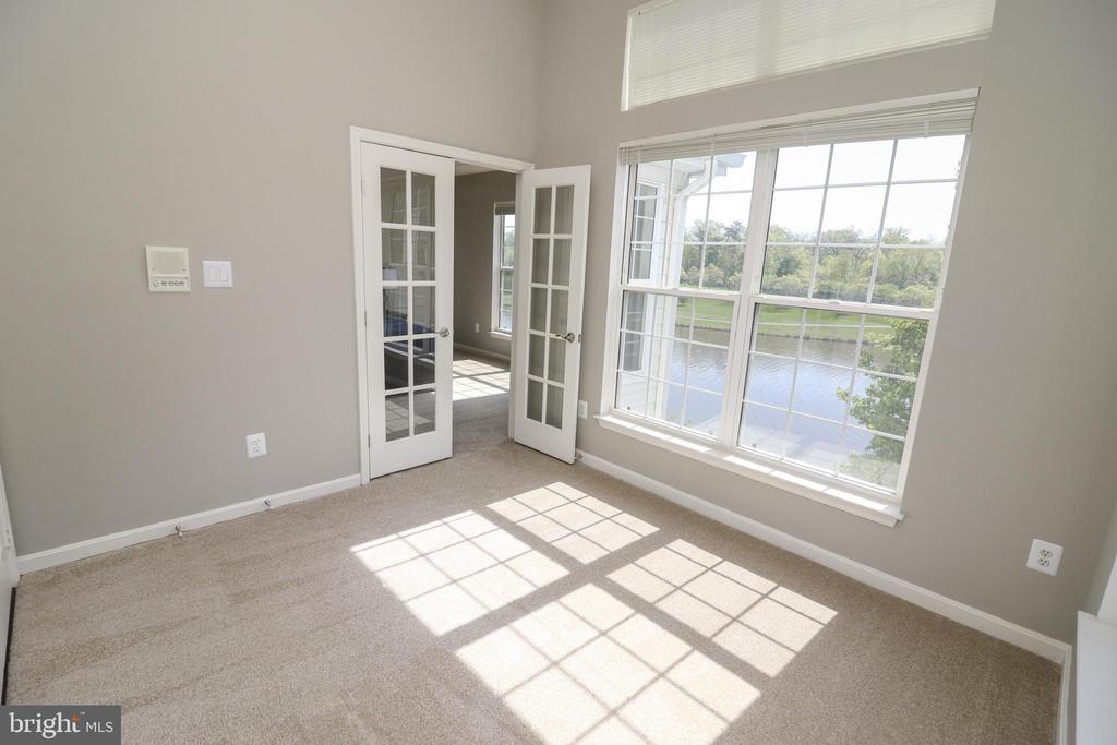 Dual Entry Den with Lakes Views - 25280 LAKE SHORE SQ #304, CHANTILLY