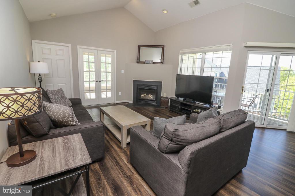 Living Room - 25280 LAKE SHORE SQ #304, CHANTILLY