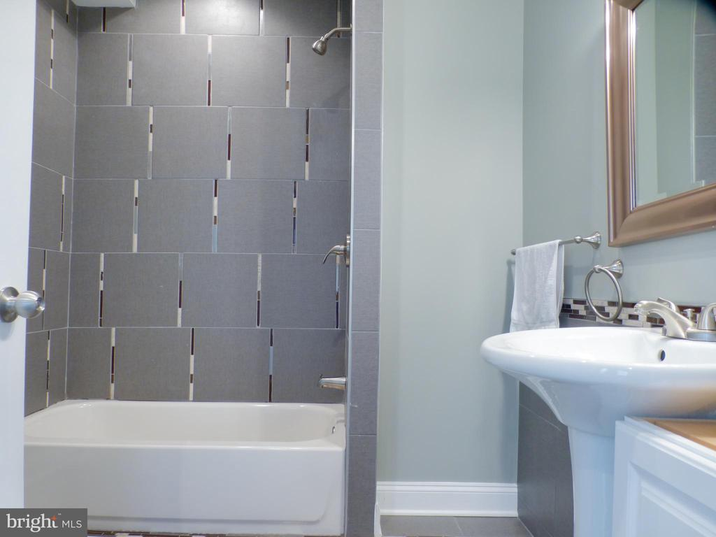 Main Level Full bath off Living Room - 2621 STENHOUSE PL, DUNN LORING