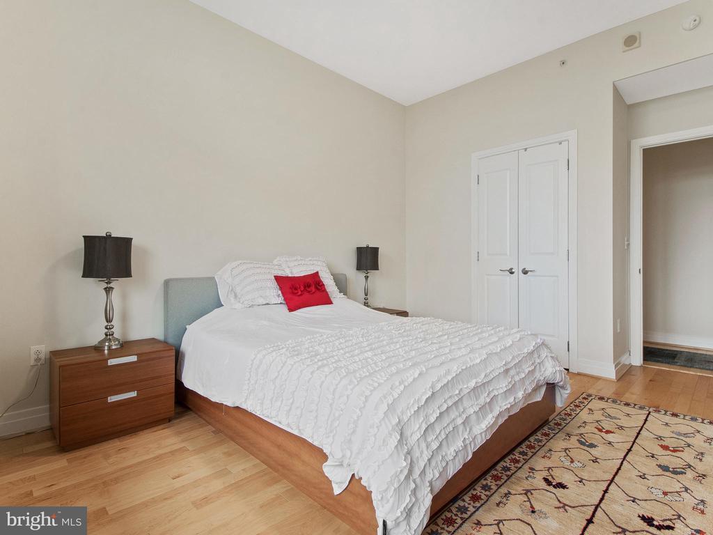 2nd bedroom with hardwood floors& beautiful views - 8220 CRESTWOOD HEIGHTS DR #1814, MCLEAN