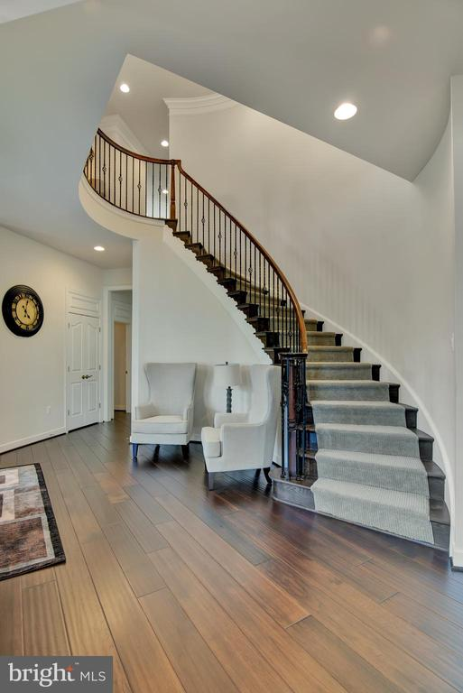 Stunning Oak Curved Staircase and wall - 21 GLENVIEW CT, STAFFORD