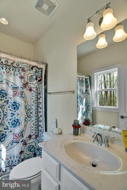 Private full bath for upstairs bedroom 1 - 21 GLENVIEW CT, STAFFORD