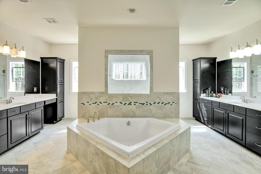 This two sided master suite bath is stunning - 21 GLENVIEW CT, STAFFORD